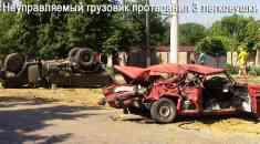 Неуправляемый грузовик протаранил три легковушки